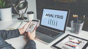 Na tabela são o portátil, a tabuleta digital com cartas, os gráficos e os diagramas em telas Imagens de Stock Royalty Free