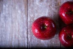 Na tabela são três maçãs vermelhas fotos de stock