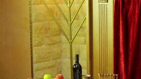 Na tabela na sinagoga são os símbolos de Rosh Hashanah: deleites e shofaras ao lado do Talith e das velas vídeos de arquivo