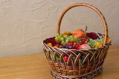 Na tabela uma cesta dos frutos fotografia de stock
