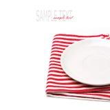 Na tablecloth biel pusty talerz Zdjęcie Royalty Free