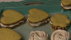 Na tacy leżą kanapki z piankami i piankami Łuk do suszenia zdjęcie wideo