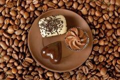 Na talerzu czekoladowi cukierki Fotografia Stock