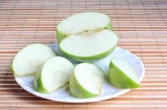 Na talerzu jabłczani kawałki fotografia stock