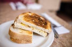 Na talerzu piec na grillu serowa kanapka Zdjęcie Stock