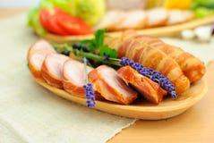 Na talerzu pokrojone mięsne rolki obraz stock