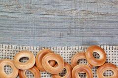 Na tekstury parcianym drewnie bożenarodzeniowi bagels. Obrazy Stock