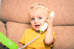 Na telefonie śliczny dziecko Fotografia Royalty Free