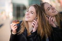 Na telefonie - kobieta w ulicie Obrazy Stock