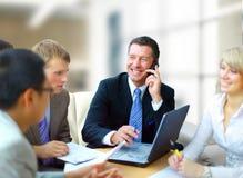 Na telefonie mężczyzna biznesowy mówienie zdjęcie royalty free