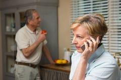 Na telefonie starsza kobieta Zdjęcie Royalty Free