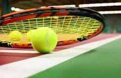 Na tenisowym sądzie tenisowa piłka Obrazy Stock