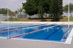 na terenach odkrytych basen opływa Fotografia Stock