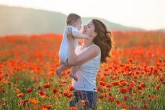 na terenach odkrytych portret Potomstwa macierzyści i jej córka cieszą się życie czas wpólnie na maczka polu Pojęcie miłość i szc obrazy royalty free