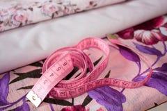 Na tkaninie pomiarowa taśma Zdjęcie Royalty Free