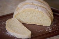 Na tnącej desce pokrojony chleb Zdjęcie Stock