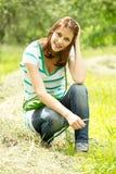 Na trawie dziewczyny obsiadanie Obraz Stock