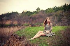 Na trawie kobiety obsiadanie Zdjęcia Stock