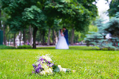 Na trawie ślubny Bukiet Fotografia Royalty Free