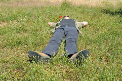 Na trawie mężczyzna lying on the beach Obrazy Royalty Free