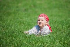 Na trawie młoda chłopiec Obrazy Royalty Free