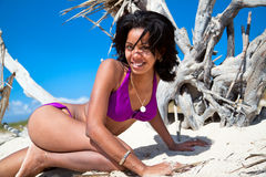 Na tropikalnej plaży piękna karaibska kobieta Zdjęcie Stock