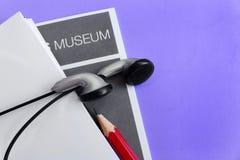 Odwiedza muzeum z audio przewdonikiem fotografia royalty free