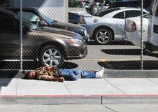 Na Ulicie Mężczyzna bezdomni Sen Zdjęcie Stock