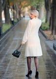 Na ulicie młodej kobiety piękny odprowadzenie Obraz Stock