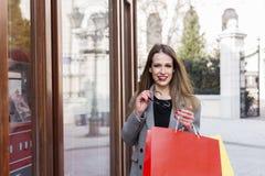 Na ulicznej długie włosy dziewczynie w zakupy zdjęcie stock