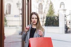 Na ulicznej długie włosy dziewczynie w zakupy fotografia stock