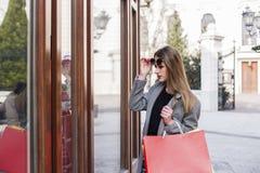 Na ulicznej długie włosy dziewczynie w zakupy obraz stock