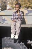 Na USA pojazd wojskowy chłopiec afroamerykański obsiadanie S Pojazd wojskowy Obraz Stock
