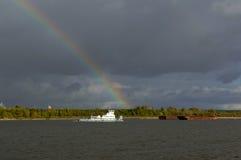 Na Volga rzece po lato burzy obrazy stock