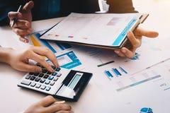 na widok Ludzie biznesu spotyka analizować sytuację na pieniężnym raporcie w pokoju konferencyjnym i dyskutować spotkanie obrazy stock