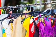 Na wieszakach mody odzież Zdjęcie Stock