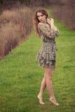Na wiosna trawie kobiety pozycja Obraz Stock