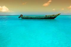 Na wodzie drewniana łódź Zdjęcia Royalty Free