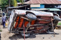 Na Wolnym Powietrzu garaż z Samochodowym przechylaniem z Bamburi żelaza filarami w Mo Zdjęcie Royalty Free