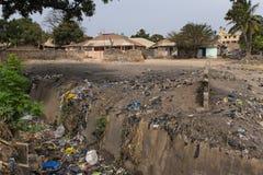 Na wolnym powietrzu kanał ściekowy blisko obszaru zamieszkałego przy Bandim Neighbourhood jeżeli miasto Bissau obrazy stock