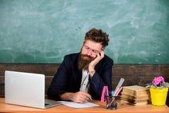 Na wysokim szczeblu zmęczenie Spada uśpiony przy pracą Pedagog stresująca się praca niż średni ludzie Znojna pracy szkoły przyczy fotografia royalty free