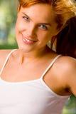 na zewnątrz kobietę young szczęśliwi zdjęcie royalty free