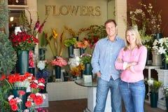 Na zewnątrz kwiaciarni pary pozycja Zdjęcia Stock