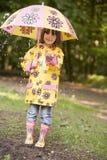 na zewnątrz podeszczowi dziewczyny uśmiechnięci young parasolkę Obrazy Stock