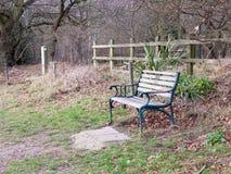 na zewnątrz pustej parkowej ławki jesieni wsi osamotnionej Zdjęcie Stock