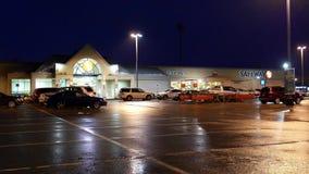 Na zewnątrz strzału Safeway sklep przy padać noc zbiory wideo