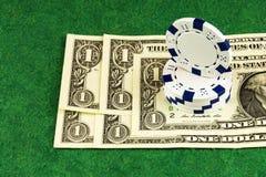 Na zieleni płótno jest dolarowymi rachunkami kasyn układami scalonymi i Fotografia Stock