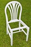Na Zielonej Trawie trawa Biały Krzesło Fotografia Stock