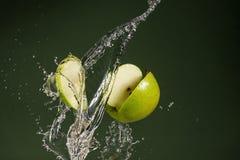 Na zielonym tle zielony jabłko obrazy stock