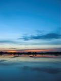 Na zonsondergang door het meer royalty-vrije stock afbeelding
